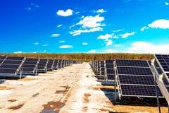 Rijen van secties zonnepanelen stock foto's