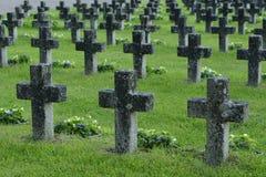 Rijen van steenkruisen in een militaire begraafplaats Stock Foto