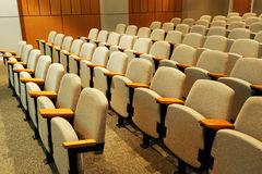 Rijen van stoelen in auditorium Stock Foto