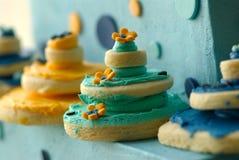 Rijen van tactvol verfraaide gastronomische koekjes stock foto's