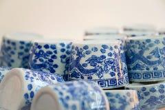 Rijen van Traditionele Chinese Ceramische Theekoppen Stock Fotografie