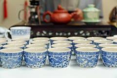 Rijen van Traditionele Chinese Ceramische Theekoppen Royalty-vrije Stock Afbeelding
