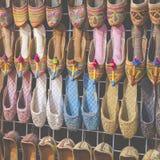 Rijen van typisch oosterse schoenen bij de markt in Doubai stock fotografie