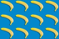 Rijen van vele verse gehele rijpe bananen stock foto's