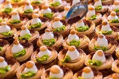 Rijen van verfraaide desserts Royalty-vrije Stock Afbeeldingen
