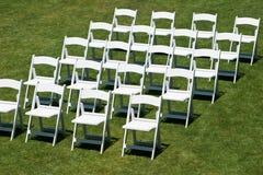 Rijen van witte huwelijksstoelen Royalty-vrije Stock Fotografie