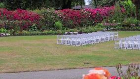 Rijen van witte stoelen stock footage