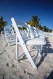 Rijen van witte stoelen op strand royalty-vrije stock afbeelding