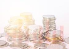 Rijenmuntstukken voor financiën en bankwezenconcept op witte achtergrond, Stock Foto's