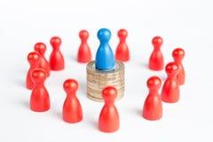 Rijk bedrijfsleidersconcept met blauw cijfer bovenop muntstuksta Stock Afbeelding