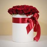 Rijk giftboeket van 21 rode rozen Samenstelling van bloemen in w Stock Afbeeldingen
