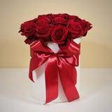 Rijk giftboeket van 21 rode rozen Samenstelling van bloemen in w Stock Fotografie