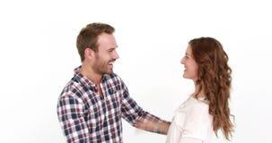 Rijk glimlachend paar die geld werpen stock footage
