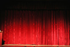 Rijk rood, het gordijn van het operatheater Stock Foto's