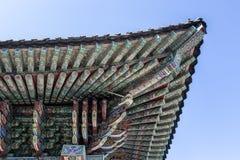 Rijk verfraaid dak van het boeddhistische klooster van Haedong Yonggungsa in Busan, Zuid-Korea royalty-vrije stock afbeelding