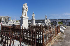 Rijk verfraaid graf bij de Roman Catholic Cementerio la Reina-begraafplaats in Cienfuegos, Cuba stock afbeelding
