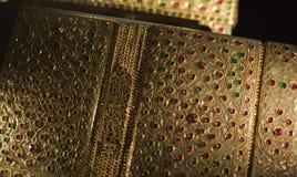 Rijk verfraaid met robijnen en smaragden Quran stock foto