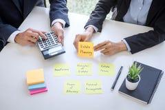 Rijkdombeheer en financieel concept, Team van het Bedrijfsboekhouding analyseren en berekening op de investeringsfonds van waarde stock fotografie