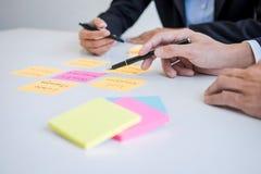 Rijkdombeheer en financieel concept, Team van het Bedrijfsboekhouding analyseren en berekening op de investeringsfonds van waarde royalty-vrije stock foto