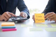 Rijkdombeheer en financieel concept, Team van het Bedrijfsboekhouding analyseren en berekening op de investeringsfonds van waarde stock afbeeldingen