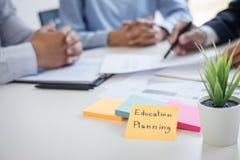 Rijkdombeheer en financieel concept, Team van het Bedrijfsboekhouding analyseren en berekening op de investeringsfonds van waarde royalty-vrije stock afbeelding