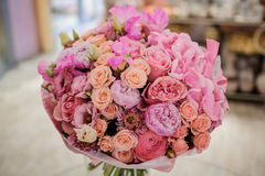 Rijke bos van witte en roze rozen, pioenen Stock Afbeeldingen