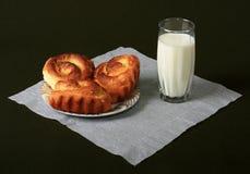 Rijke broodjes met melk Stock Afbeelding
