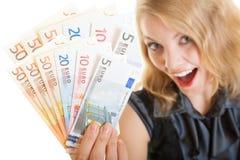 Rijke gelukkige bedrijfsvrouw die de euro bankbiljetten van het muntgeld tonen Stock Fotografie