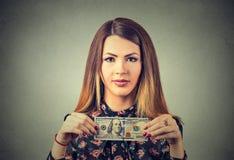 Rijke jonge vrouw met honderd dollarrekening Royalty-vrije Stock Afbeeldingen