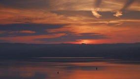 Rijke oranje zonsopgang op de rivier Snel bewegende wolken, de zonstijgingen stock footage