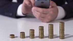 Rijke persoon gebruikend cellphone en investerend geld in bedrijfsproject, toepassing stock video