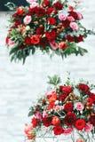 Rijke rode boeketten van rozen, pioenen en ranunculus Stock Afbeeldingen