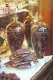 Rijke verscheidenheid van chocolade in grote glaskruiken en suikergoed in disp Royalty-vrije Stock Fotografie