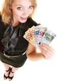 Rijke vrouw die de euro bankbiljetten van het muntgeld tonen royalty-vrije stock afbeelding