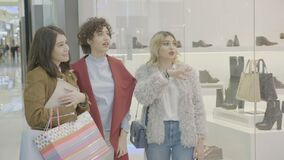 Rijke vrouwelijke managers bij de wandelgalerijzitting voor een rolgordijn en het bespreken over een paar schoenen op verkoop - stock video