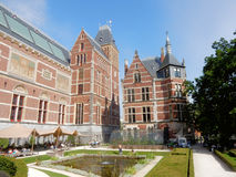 Rijksmuseum阿姆斯特丹,全国状态博物馆,与雕塑和砖瓦片的后侧方大厦 免版税图库摄影