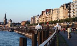 Rijn-promenade in Dusseldorf, Duitsland Royalty-vrije Stock Afbeeldingen