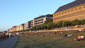 Rijn-promenade in Dusseldorf, Duitsland Royalty-vrije Stock Afbeelding