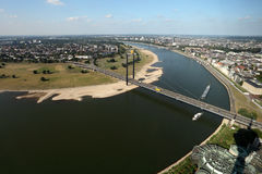 Rijn-rivier in Dusseldorf, Duitsland stock foto's