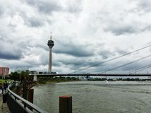 Rijn-rivier in Dusseldorf op een bewolkte dag stock fotografie