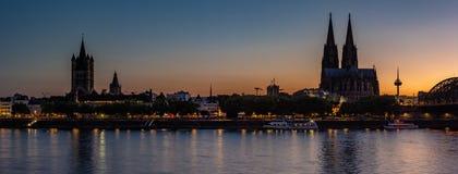 Rijn-Rivier in Keulen bij Zonsondergang stock afbeelding