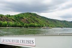 Rijn-Rivier met Viking River Cruises-teken op doorgang stock foto