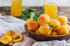 Rijp abrikozen en abrikozensap Royalty-vrije Stock Fotografie