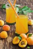 Rijp abrikozen en abrikozensap Stock Fotografie