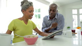 Rijp Afrikaans Amerikaans Paar die Digitale Tablet thuis gebruiken stock footage