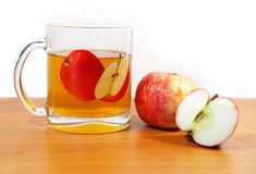 Rijp appelen en sap Stock Afbeeldingen
