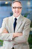 Rijp bedrijfsmensenportret in zijn bureau Stock Afbeeldingen