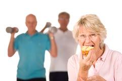 Rijp dame het bedriegen op dieet stock afbeeldingen