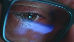 Rijp de volwassen mens met glazen die bij nacht werkt Sluit omhoog geschoten, bezinningen stock video