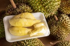 Rijp Durian-Pak op de Ruwe Durian-Plank in de Markt stock foto's